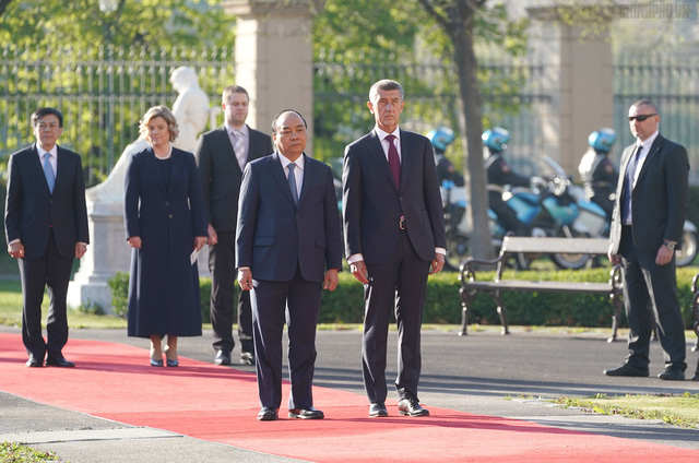 Thủ tướng Cộng hòa Czech chủ trì lễ đón chính thức Thủ tướng Nguyễn Xuân Phúc - Ảnh 1.