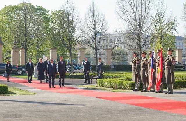 Thủ tướng Cộng hòa Czech chủ trì lễ đón chính thức Thủ tướng Nguyễn Xuân Phúc - Ảnh 2.