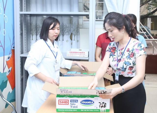 Sữa học đường Hà Nội: Quyết liệt làm tốt từ những ngày đầu triển khai - Ảnh 1.