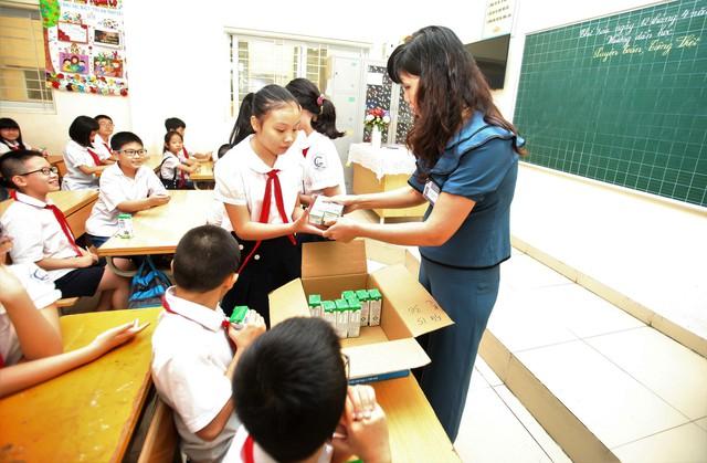 Sữa học đường Hà Nội: Quyết liệt làm tốt từ những ngày đầu triển khai - Ảnh 2.