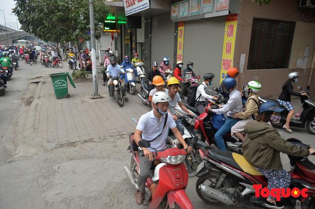 Hà Nội: Bất chấp nguy hiểm xe máy ngang nhiên đi ngược chiều tại đường Tố Hữu - Ảnh 11.