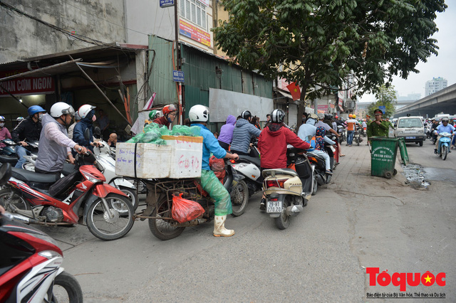 Hà Nội: Bất chấp nguy hiểm xe máy ngang nhiên đi ngược chiều tại đường Tố Hữu - Ảnh 8.