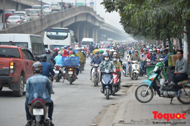 Hà Nội: Bất chấp nguy hiểm xe máy ngang nhiên đi ngược chiều tại đường Tố Hữu - Ảnh 9.