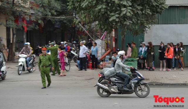 Hà Nội: Bất chấp nguy hiểm xe máy ngang nhiên đi ngược chiều tại đường Tố Hữu - Ảnh 12.