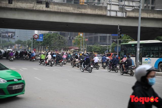Hà Nội: Bất chấp nguy hiểm xe máy ngang nhiên đi ngược chiều tại đường Tố Hữu - Ảnh 3.