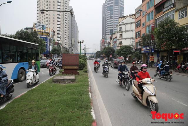 Hà Nội: Bất chấp nguy hiểm xe máy ngang nhiên đi ngược chiều tại đường Tố Hữu - Ảnh 1.