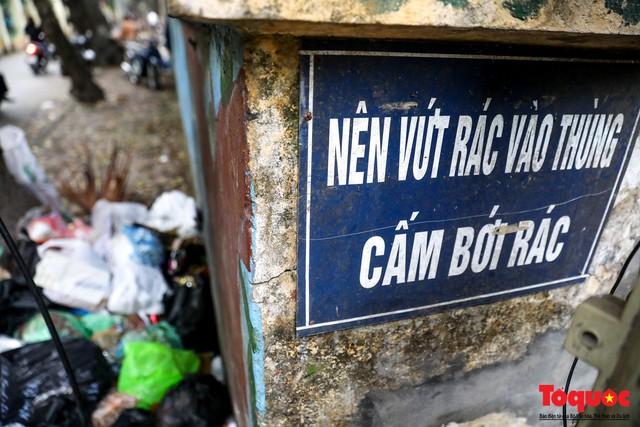 Đống Đa (Hà Nội): Người dân bức xúc vì nạn đổ rác trộm, chất thành đống ngay cạnh biển cấm - Ảnh 4.
