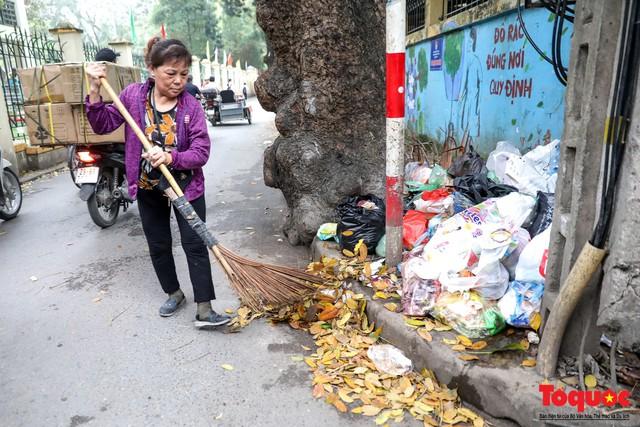 Đống Đa (Hà Nội): Người dân bức xúc vì nạn đổ rác trộm, chất thành đống ngay cạnh biển cấm - Ảnh 9.