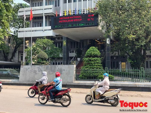 Người dân Thủ đô méo mặt với cái nóng đầu hè 41 độ C - Ảnh 1.