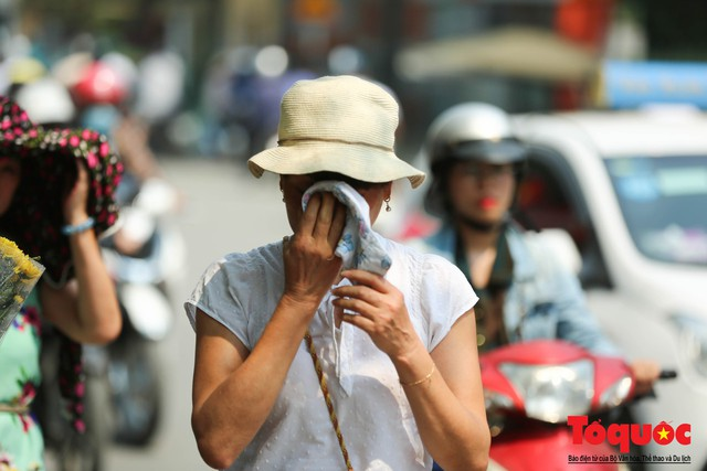 Người dân Thủ đô méo mặt với cái nóng đầu hè 41 độ C - Ảnh 10.