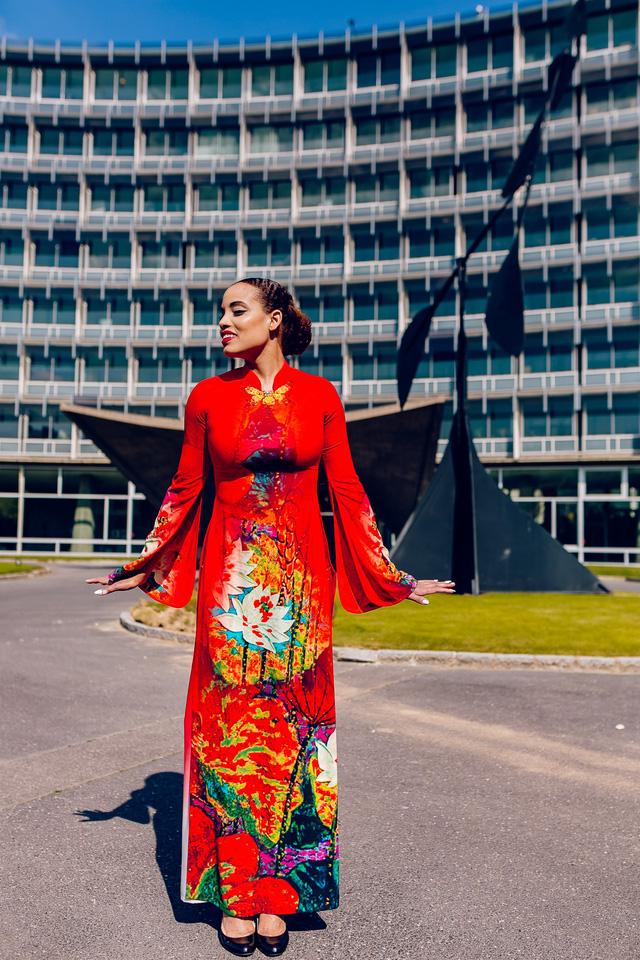 Áo dài Việt tung bay trên quảng trường UNESCO của Pháp - Ảnh 1.