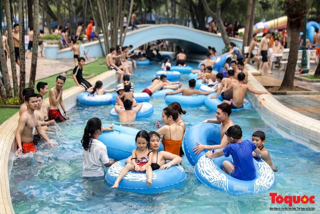 Hàng ngàn người đổ về công viên nước Hồ Tây trong ngày mở cửa đầu tiên đón hè 2019 - Ảnh 3.