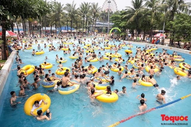 Hàng ngàn người đổ về công viên nước Hồ Tây trong ngày mở cửa đầu tiên đón hè 2019 - Ảnh 2.