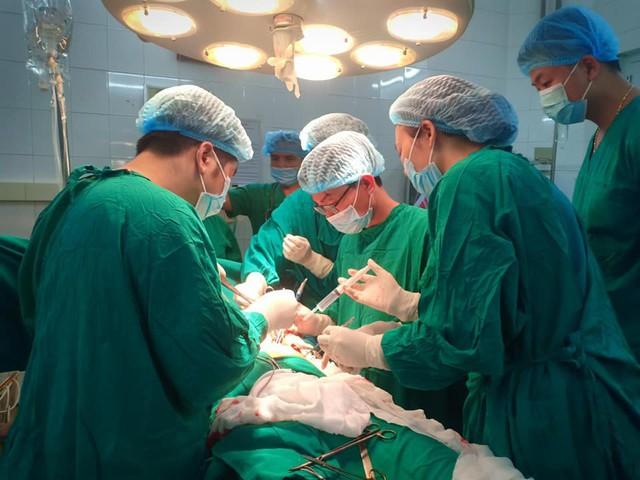 Hoảng hồn nhìn bệnh nhân nhập viện trong tình trạng kéo đâm xuyên ngực - Ảnh 1.