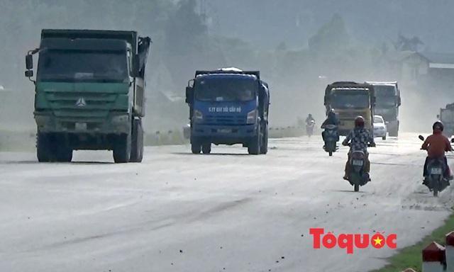 Nghệ An: Xe chở đất, đá cày nát đường dân sinh ra quốc lộ, người dân sống chung với ô nhiễm - Ảnh 9.