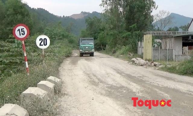 Nghệ An: Xe chở đất, đá cày nát đường dân sinh ra quốc lộ, người dân sống chung với ô nhiễm - Ảnh 6.