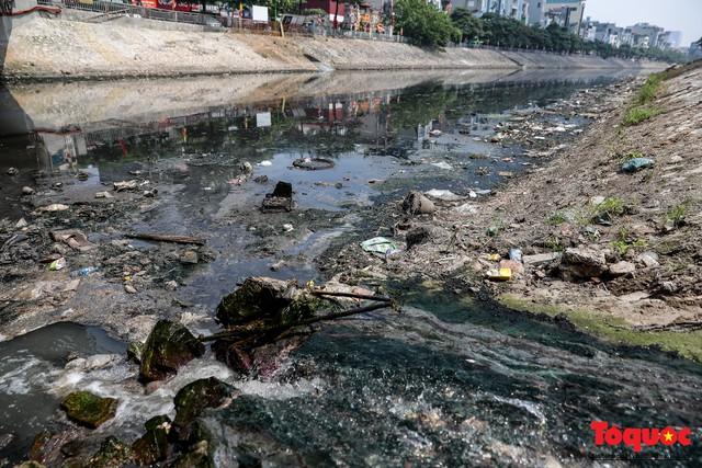 Tình trạng đen ngòm, hôi thối của sông Tô Lịch trước thông tin Hà Nội sẽ thí điểm làm sạch bằng công nghệ Nhật Bản - Ảnh 6.