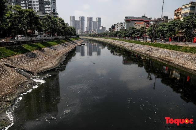 Tình trạng đen ngòm, hôi thối của sông Tô Lịch trước thông tin Hà Nội sẽ thí điểm làm sạch bằng công nghệ Nhật Bản - Ảnh 1.
