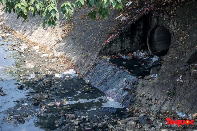 Tình trạng đen ngòm, hôi thối của sông Tô Lịch trước thông tin Hà Nội sẽ thí điểm làm sạch bằng công nghệ Nhật Bản - Ảnh 3.