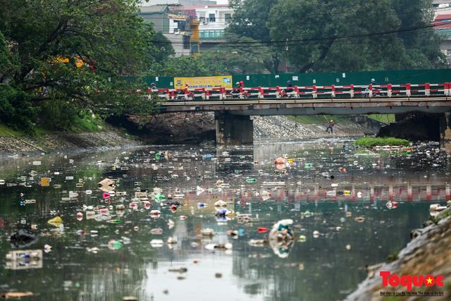 Tình trạng đen ngòm, hôi thối của sông Tô Lịch trước thông tin Hà Nội sẽ thí điểm làm sạch bằng công nghệ Nhật Bản - Ảnh 7.