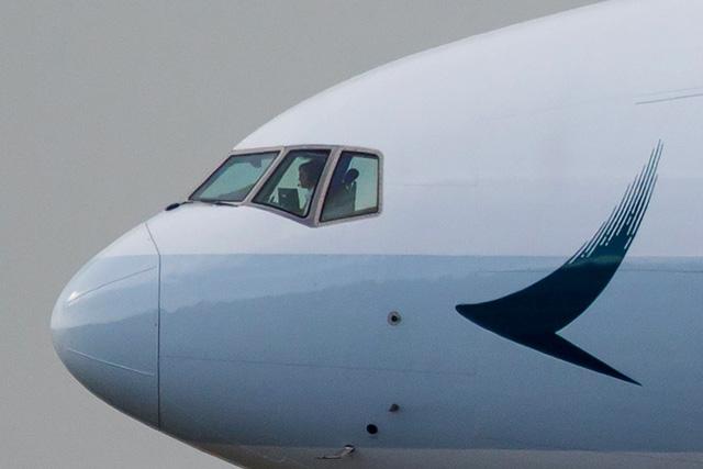 Hai cơ trưởng Cathay Pacific mất thị lực: Hồng Kông vào cuộc gấp - Ảnh 1.