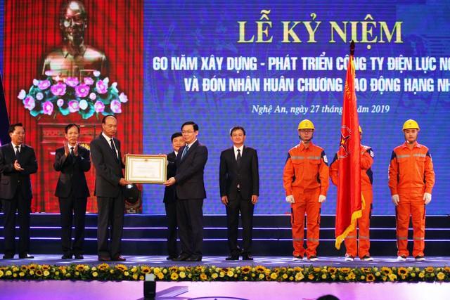 Phó Thủ tướng Vương Đình Huệ đã tới dự và trao Huân chương Lao động hạng Nhì cho Công ty Điện lực Nghệ An - Ảnh 1.