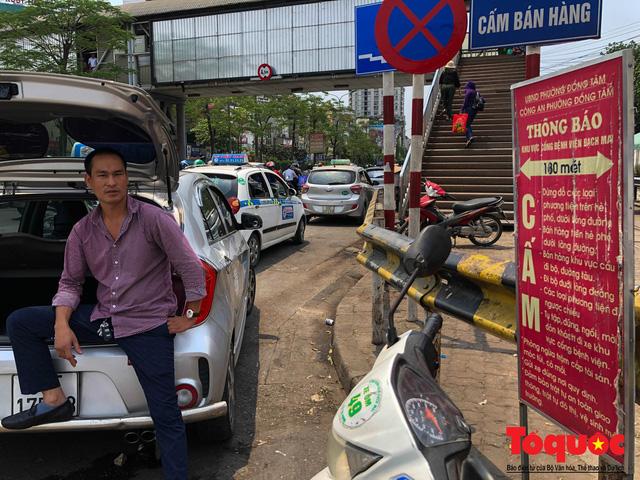 Vắng bóng CSGT, taxi hoạt động bát nháo, gây ách tắc trước cổng bệnh viện Bạch Mai - Ảnh 4.