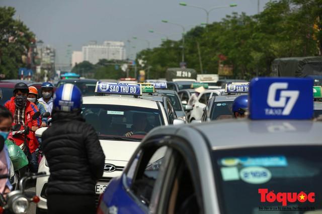Vắng bóng CSGT, taxi hoạt động bát nháo, gây ách tắc trước cổng bệnh viện Bạch Mai - Ảnh 9.