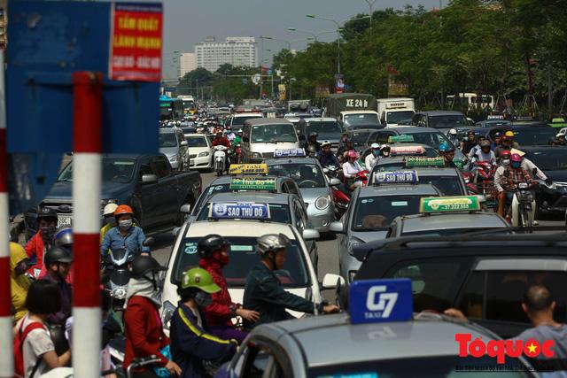 Vắng bóng CSGT, taxi hoạt động bát nháo, gây ách tắc trước cổng bệnh viện Bạch Mai - Ảnh 7.