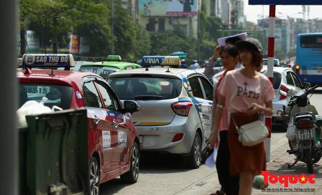 Vắng bóng CSGT, taxi hoạt động bát nháo, gây ách tắc trước cổng bệnh viện Bạch Mai - Ảnh 8.