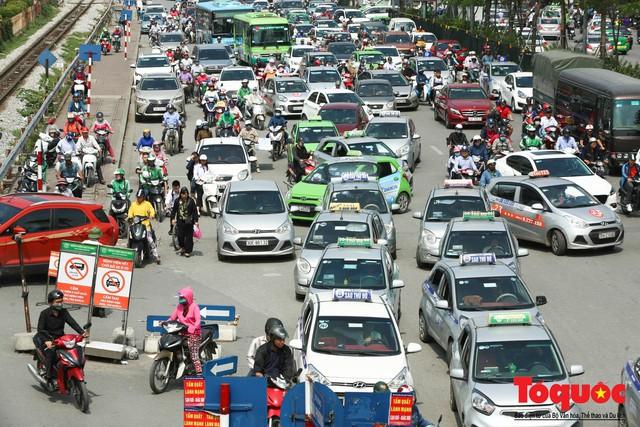 Vắng bóng CSGT, taxi hoạt động bát nháo, gây ách tắc trước cổng bệnh viện Bạch Mai - Ảnh 10.