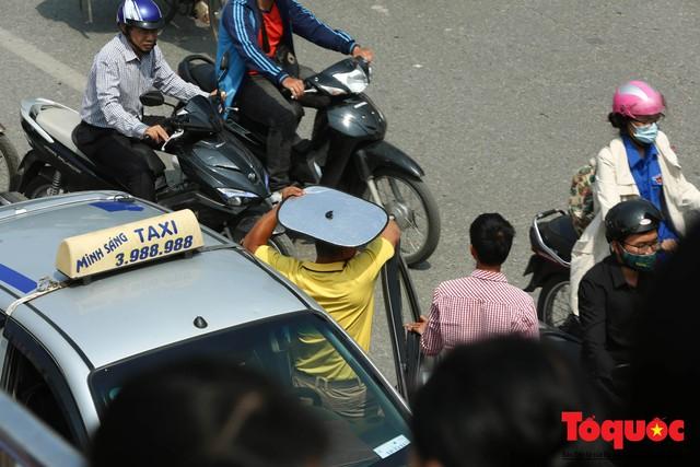 Vắng bóng CSGT, taxi hoạt động bát nháo, gây ách tắc trước cổng bệnh viện Bạch Mai - Ảnh 5.