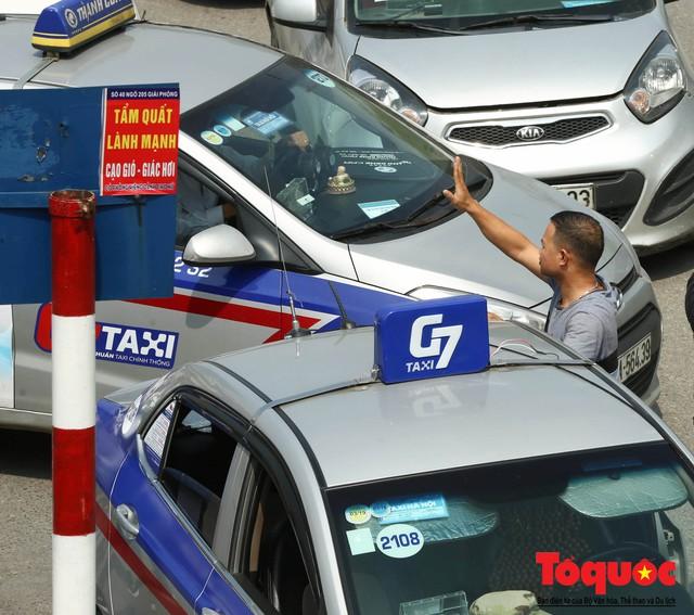 Vắng bóng CSGT, taxi hoạt động bát nháo, gây ách tắc trước cổng bệnh viện Bạch Mai - Ảnh 3.