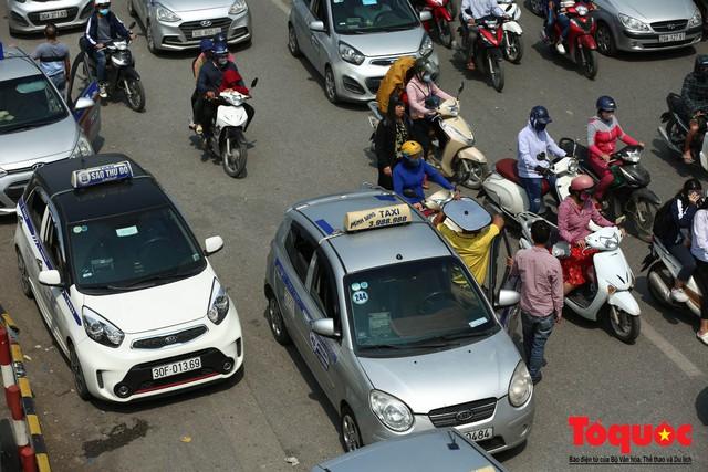 Vắng bóng CSGT, taxi hoạt động bát nháo, gây ách tắc trước cổng bệnh viện Bạch Mai - Ảnh 2.