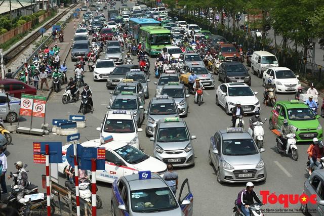 Vắng bóng CSGT, taxi hoạt động bát nháo, gây ách tắc trước cổng bệnh viện Bạch Mai - Ảnh 6.