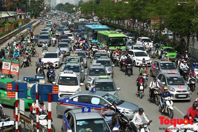 Vắng bóng CSGT, taxi hoạt động bát nháo, gây ách tắc trước cổng bệnh viện Bạch Mai - Ảnh 1.