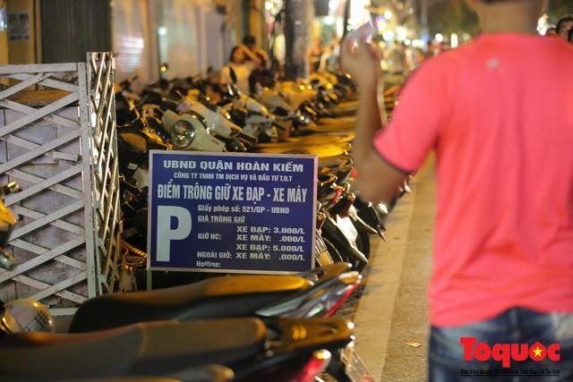 Hà Nội: Lấn chiếm vỉa hè, người dân phố cổ biến lòng đường thành bãi gửi xe cắt cổ - Ảnh 12.