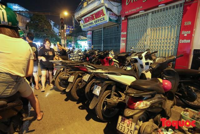 Hà Nội: Lấn chiếm vỉa hè, người dân phố cổ biến lòng đường thành bãi gửi xe cắt cổ - Ảnh 10.