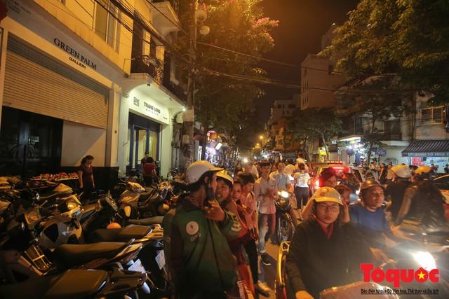 Hà Nội: Lấn chiếm vỉa hè, người dân phố cổ biến lòng đường thành bãi gửi xe cắt cổ - Ảnh 8.