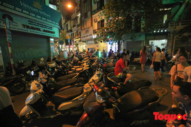 Hà Nội: Lấn chiếm vỉa hè, người dân phố cổ biến lòng đường thành bãi gửi xe cắt cổ - Ảnh 6.