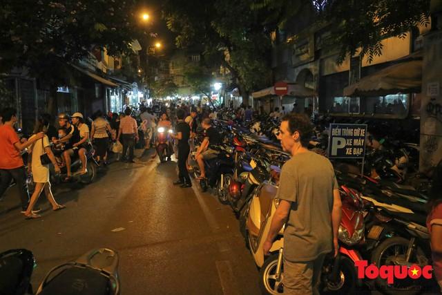 Hà Nội: Lấn chiếm vỉa hè, người dân phố cổ biến lòng đường thành bãi gửi xe cắt cổ - Ảnh 1.
