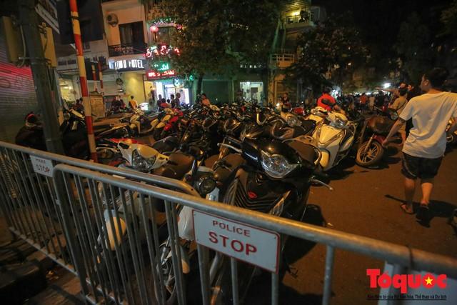 Hà Nội: Lấn chiếm vỉa hè, người dân phố cổ biến lòng đường thành bãi gửi xe cắt cổ - Ảnh 13.