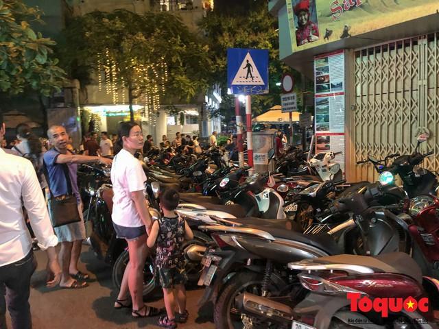 Hà Nội: Lấn chiếm vỉa hè, người dân phố cổ biến lòng đường thành bãi gửi xe cắt cổ - Ảnh 5.