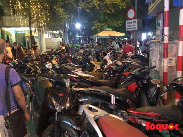 Hà Nội: Lấn chiếm vỉa hè, người dân phố cổ biến lòng đường thành bãi gửi xe cắt cổ - Ảnh 4.