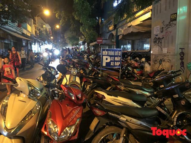 Hà Nội: Lấn chiếm vỉa hè, người dân phố cổ biến lòng đường thành bãi gửi xe cắt cổ - Ảnh 3.