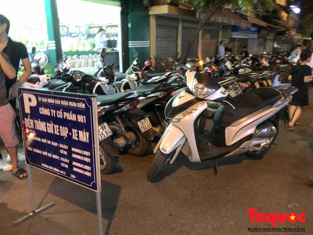 Hà Nội: Lấn chiếm vỉa hè, người dân phố cổ biến lòng đường thành bãi gửi xe cắt cổ - Ảnh 2.