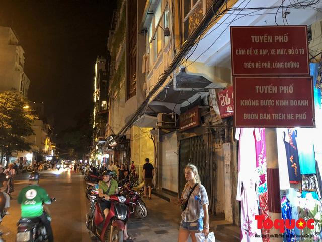 Hà Nội: Lấn chiếm vỉa hè, người dân phố cổ biến lòng đường thành bãi gửi xe cắt cổ - Ảnh 9.