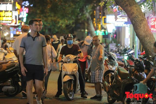 Hà Nội: Lấn chiếm vỉa hè, người dân phố cổ biến lòng đường thành bãi gửi xe cắt cổ - Ảnh 7.