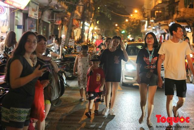 Hà Nội: Lấn chiếm vỉa hè, người dân phố cổ biến lòng đường thành bãi gửi xe cắt cổ - Ảnh 11.