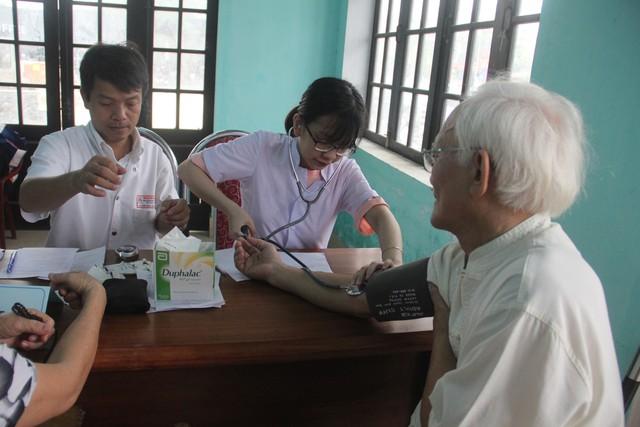 Hơn 300 người cao tuổi được khám, tầm soát bệnh miễn phí trong dịp lễ - Ảnh 1.